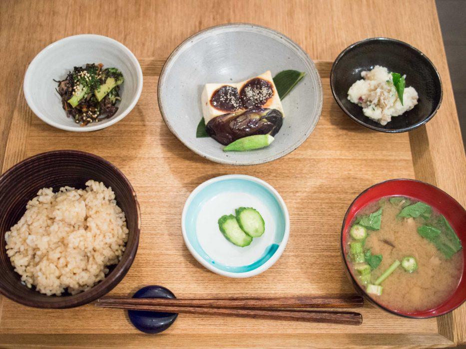 Déjeuner saisonnier avec du tofu grillé au Brown Rice Cafe, idéal pour les végétaliens à Tokyo