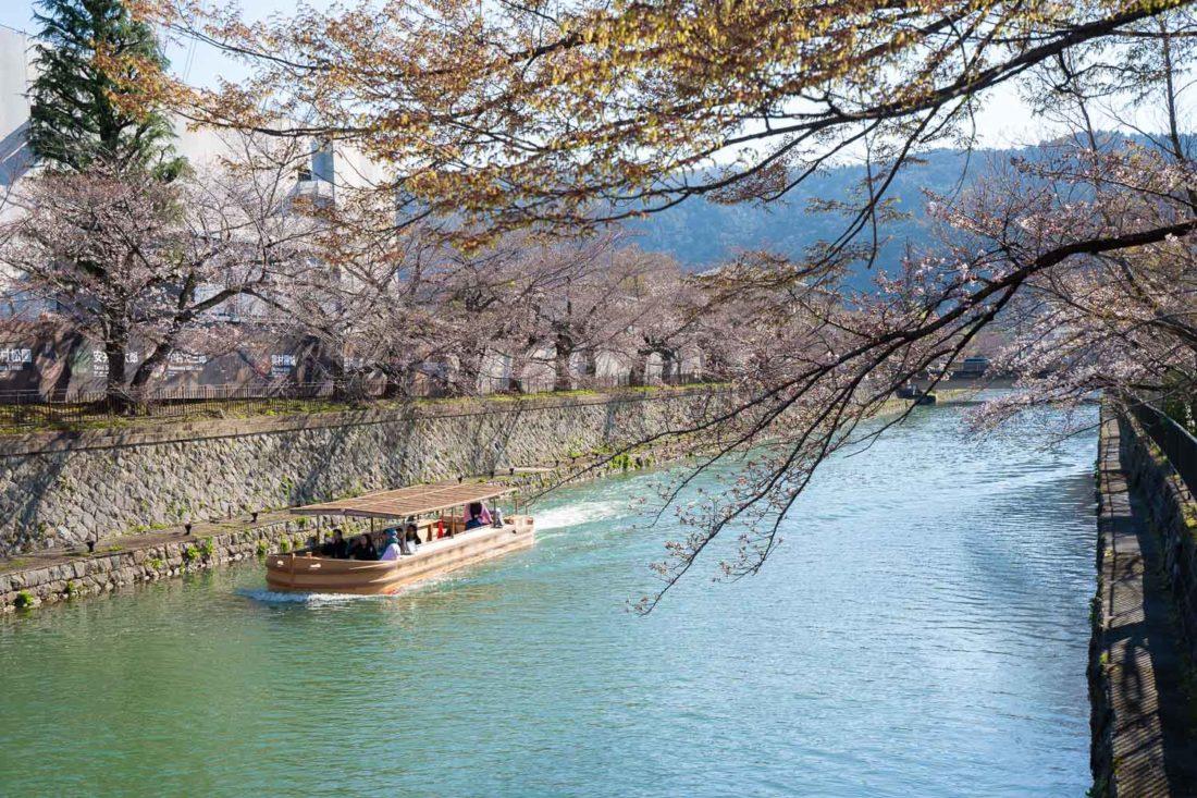 Canal du lac Biwa au début de la saison des sakura à Kyoto, au Japon