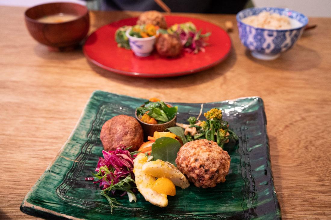 Le Hobodo Cafe végétalien prépare le déjeuner à Kyoto
