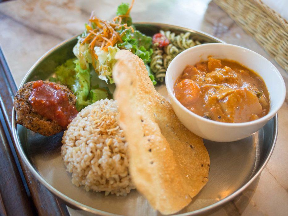 Déjeuner au curry dans un restaurant végétalien Nagi Shokudo à Tokyo