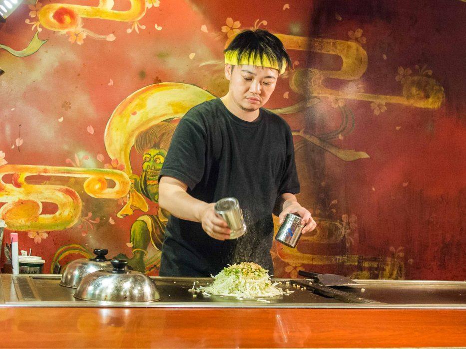 Okonomiyaki en cours de préparation au Zen, un restaurant de Shinjuku avec un menu végétarien