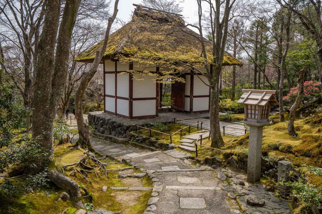 Porte Niomon au toit de chaume du temple Jojakko-ji d'Arashiyama, Kyoto