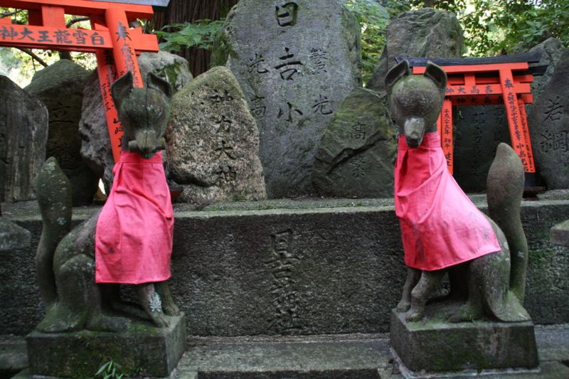 Renards gardiens au sanctuaire Fushimi Inari, Kyoto