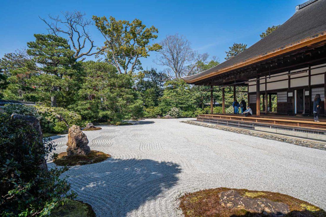 Kennin-ji a ratissé un jardin de gravier à Kyoto