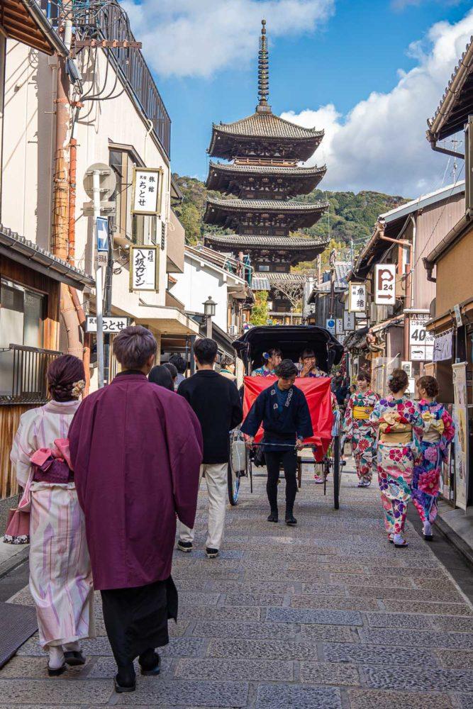 Touristes en kimono et pousse-pousse à Yasaka-dori, Kyoto
