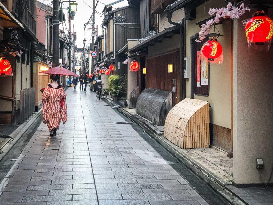 Une maiko (apprentie geisha) sous la pluie dans une rue de Miyagawacho près de Gion, Kyoto