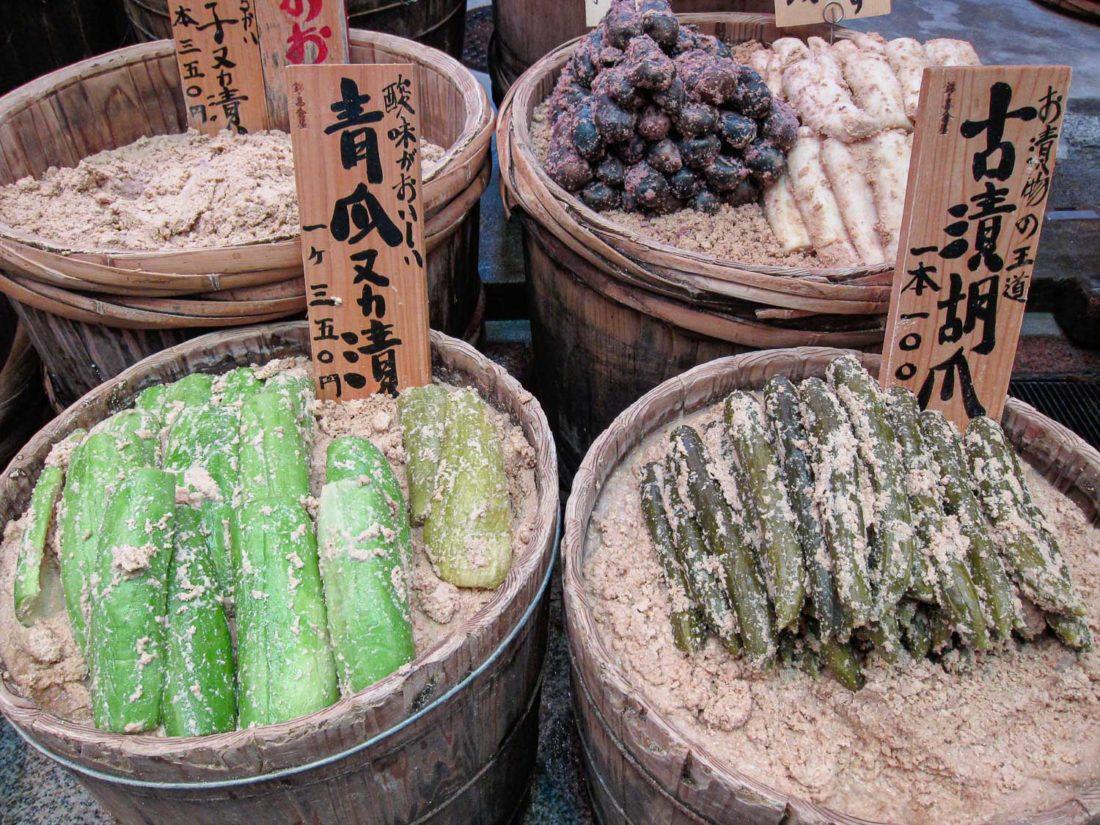 Des cornichons au marché Nishiki, un haut lieu touristique de Kyoto