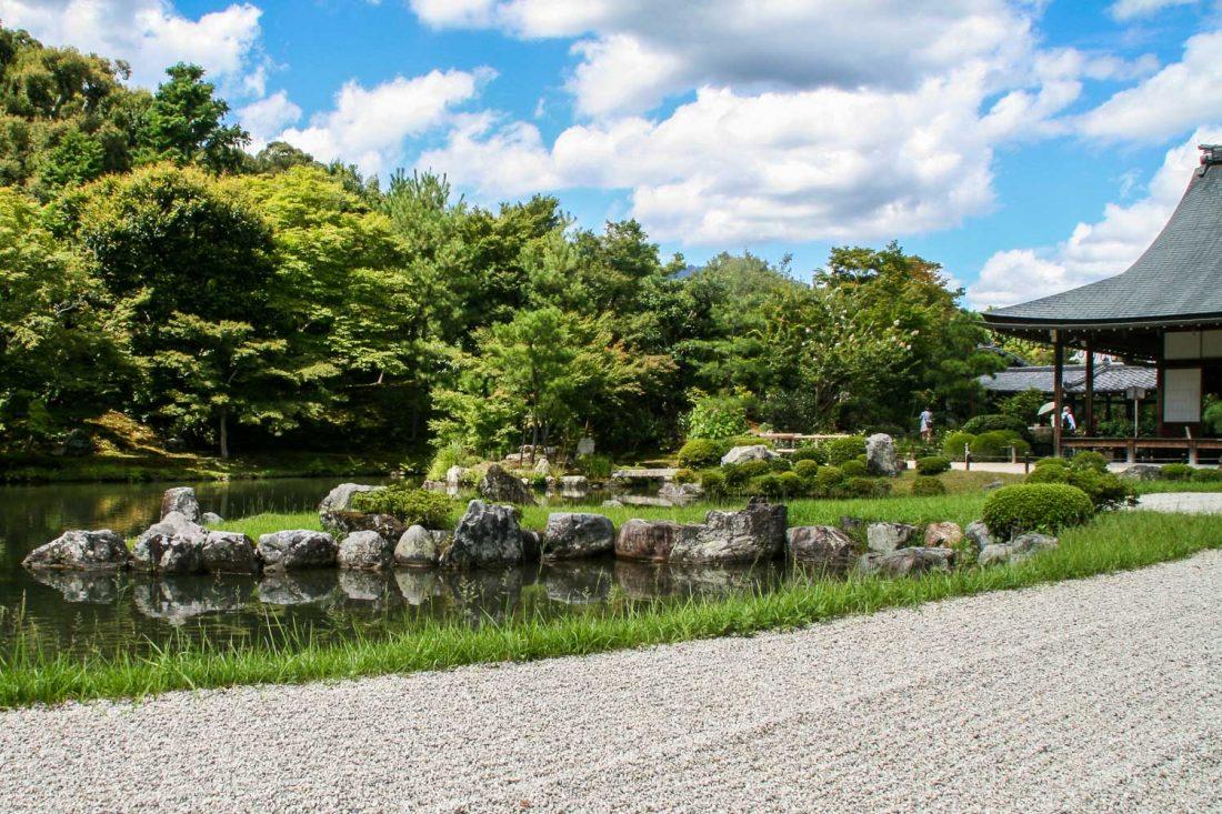 Jardin zen et étang du temple Tenryu-ji à Kyoto, Japon