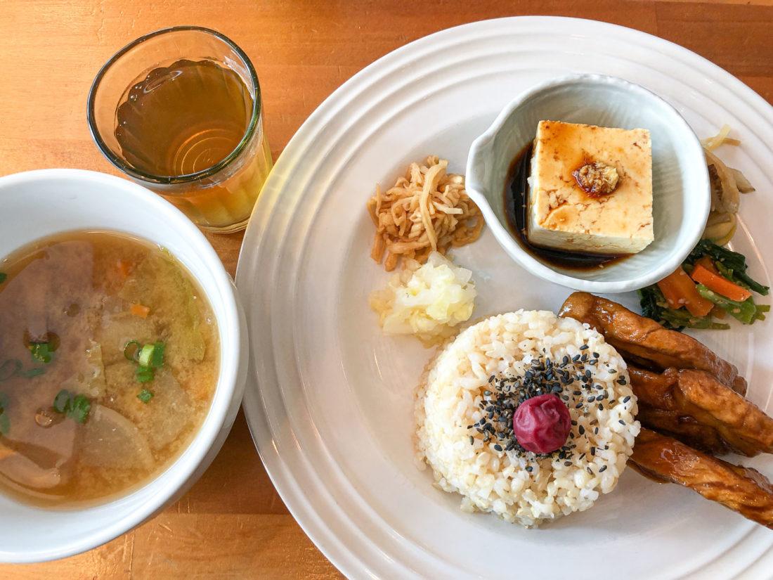 Déjeuner japonais au restaurant végétalien Cafe Atl à Osaka