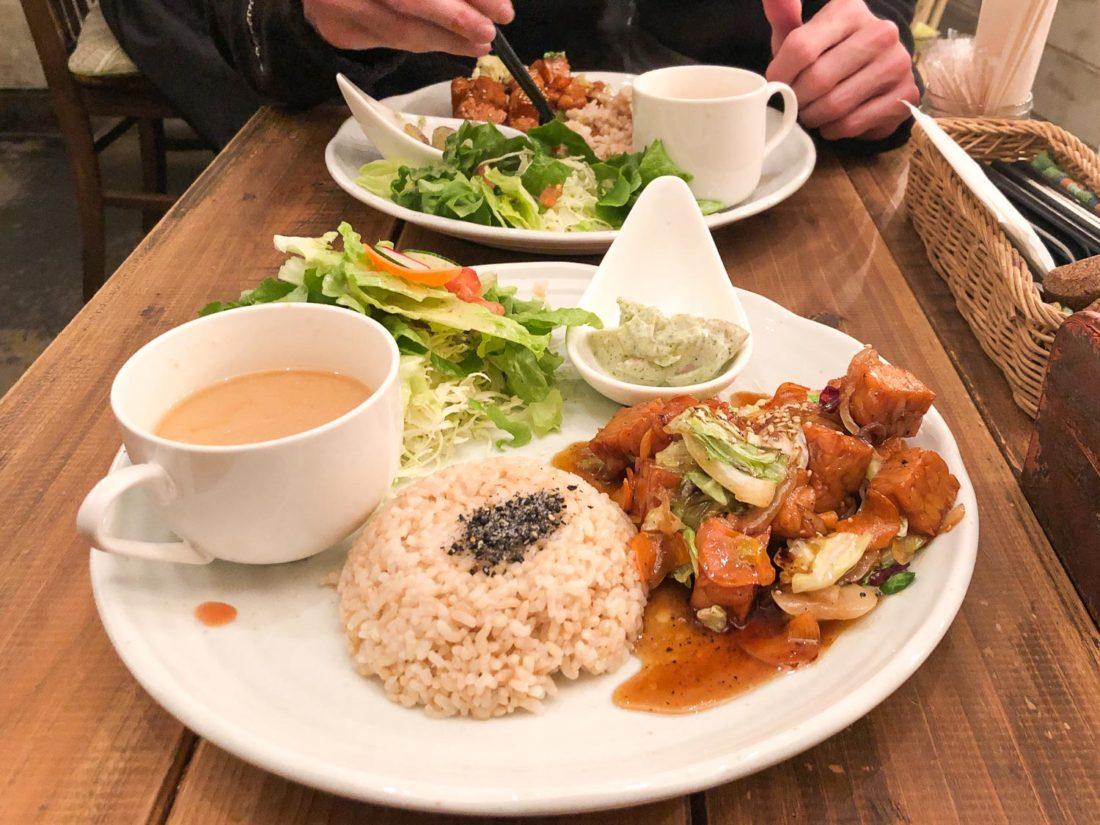 Déjeuner avec légumes et tempéri teriyaki dans un restaurant végétalien Paprika à Osaka, au Japon