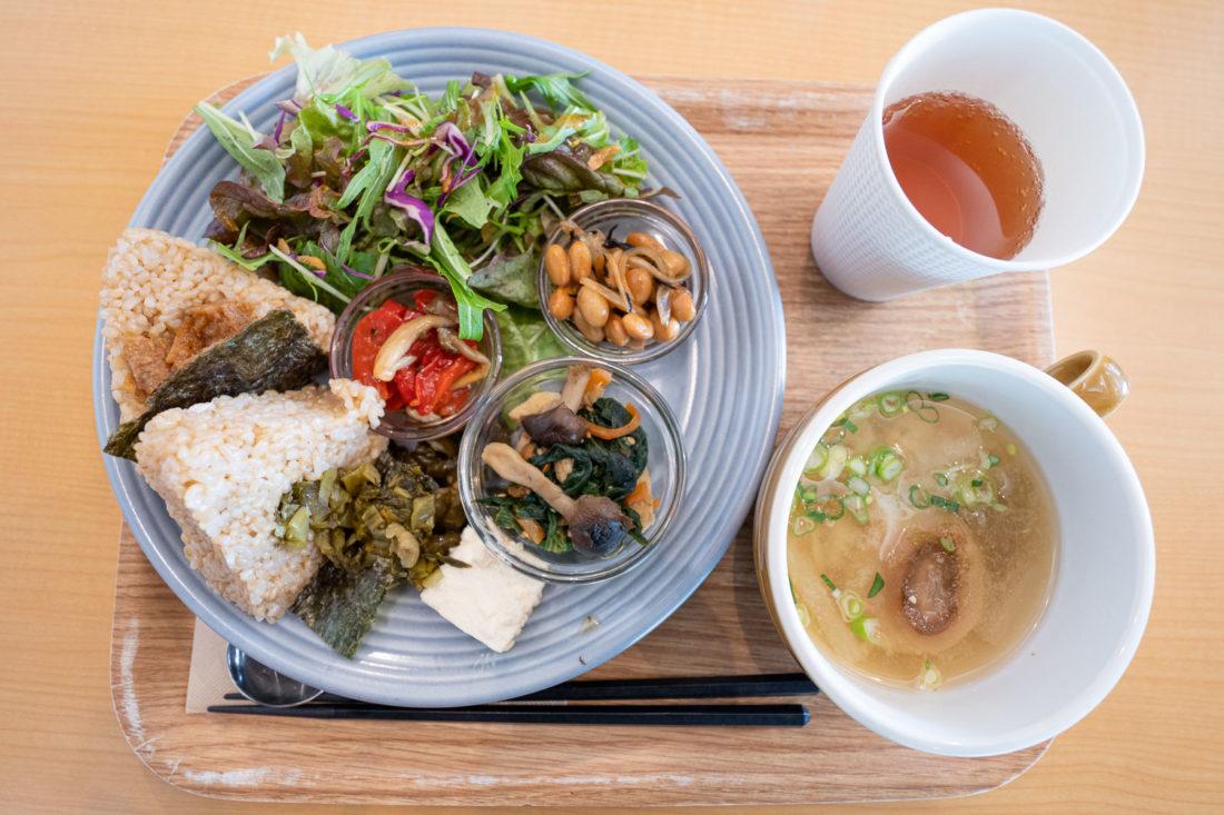 Shokujido-Zen prépare un déjeuner végétalien au café Genmai à Osaka