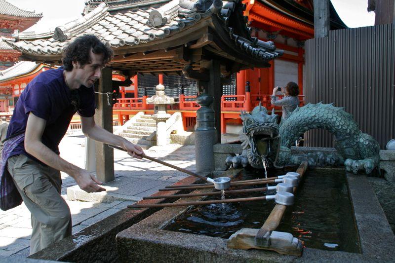 Fontaine d'eau dans un sanctuaire de Kyoto