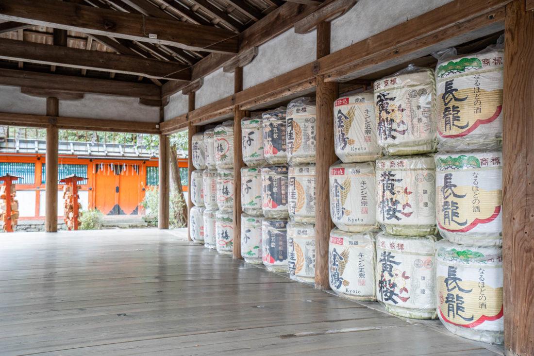 Barils de saké au sanctuaire de Yoshida, un temple tranquille de Kyoto sur la colline de Yoshida