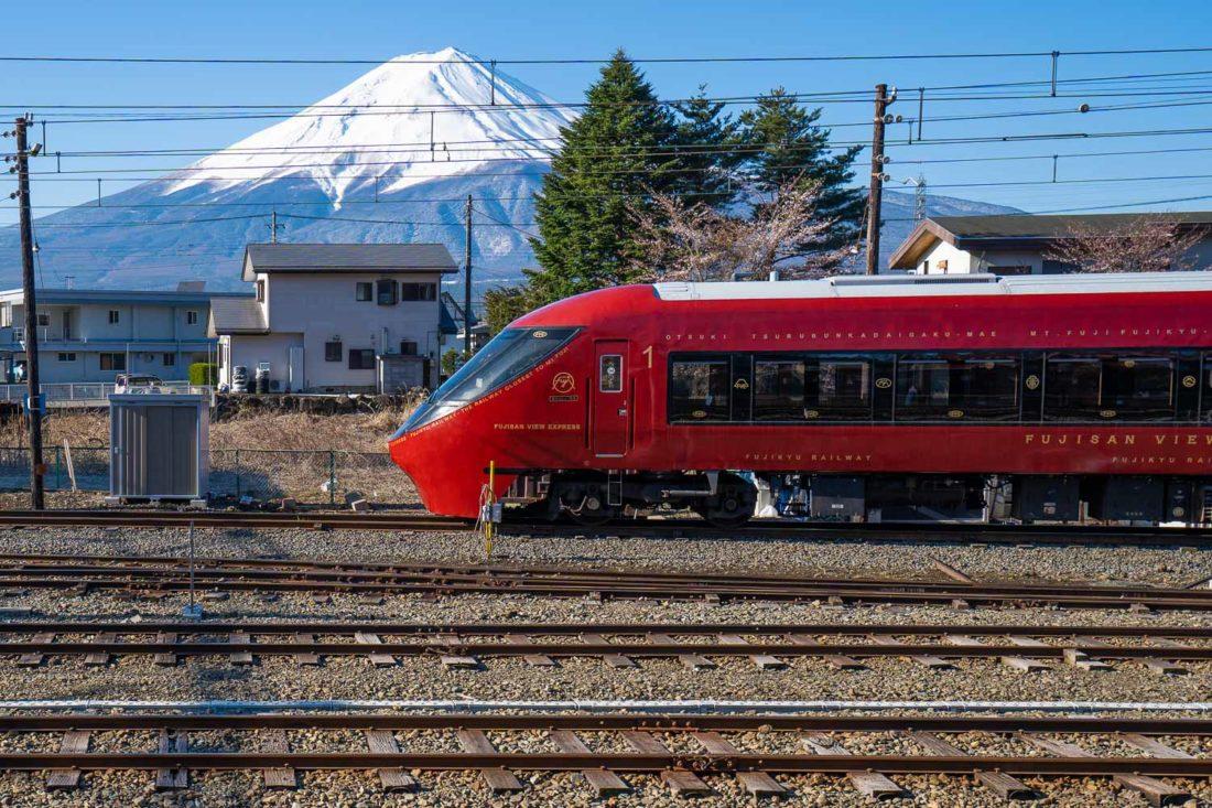 Train Fujisan View Express avec le mont Fuji derrière