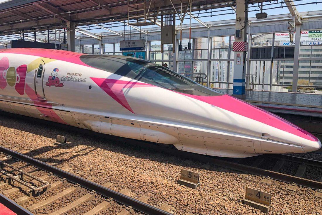 Le train à grande vitesse Hello Kitty Shinkasen au Japon