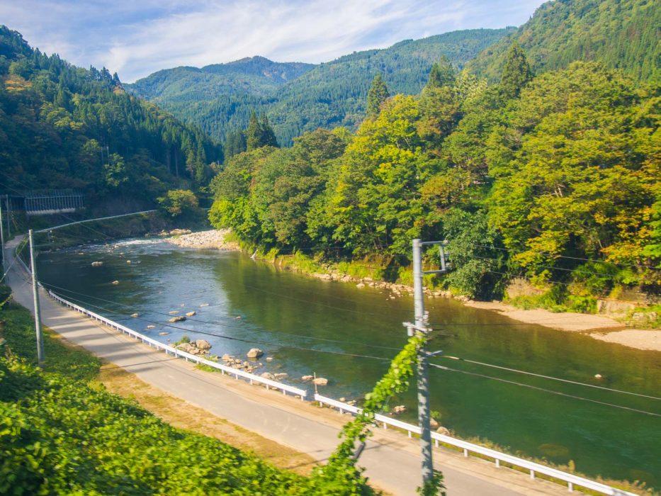 La vue magnifique sur le train Hida Wide View de Takayama à Toyama.