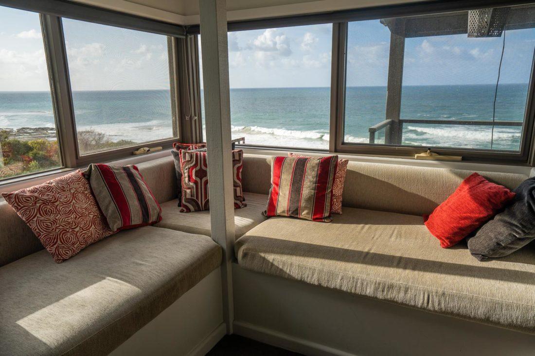 Le siège de fenêtre donnant sur l'océan à Points South by the Sea chalets sur la Great Ocean Road
