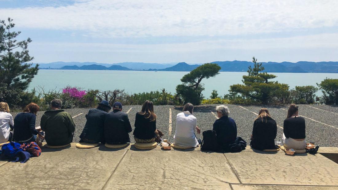 Terrasse panoramique avec vue sur la mer au café du Chichu Art Museum sur l'île de Naoshima