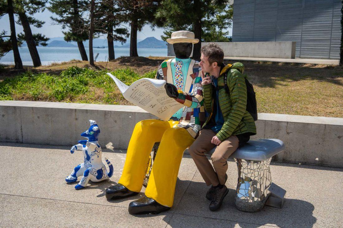 Sculpture d'un homme lisant un journal sur l'île de Naoshima