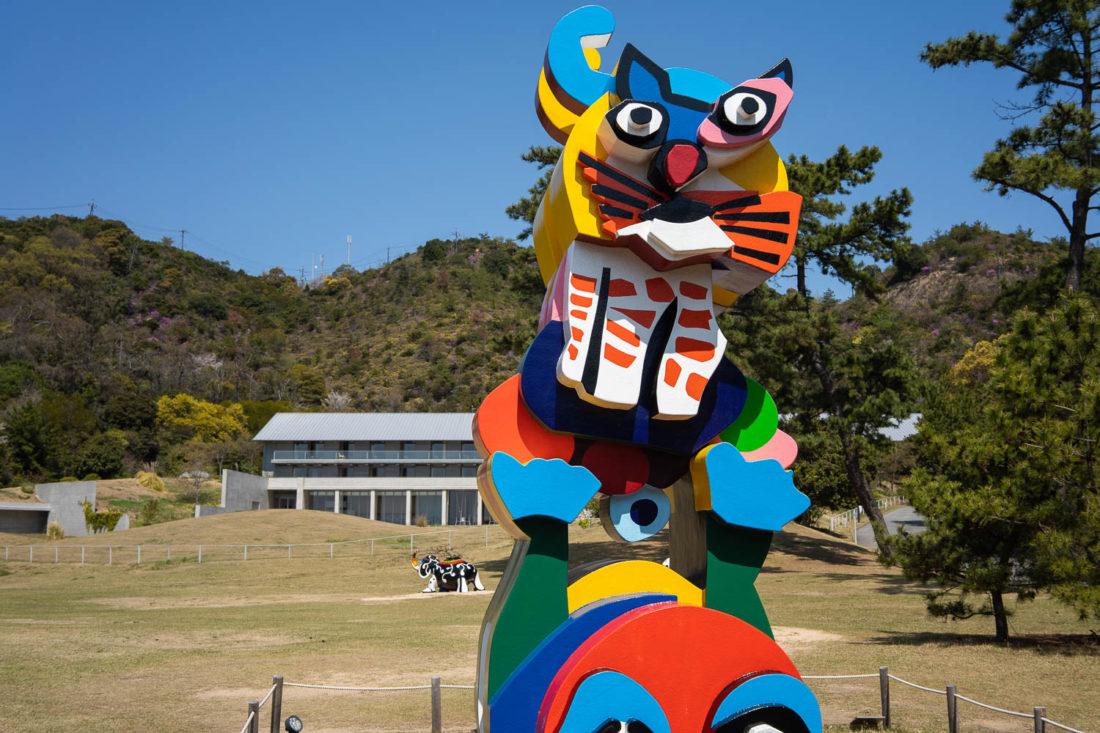 Sculpture de grenouille et chat de Karel Appel sur l'île de Naoshima