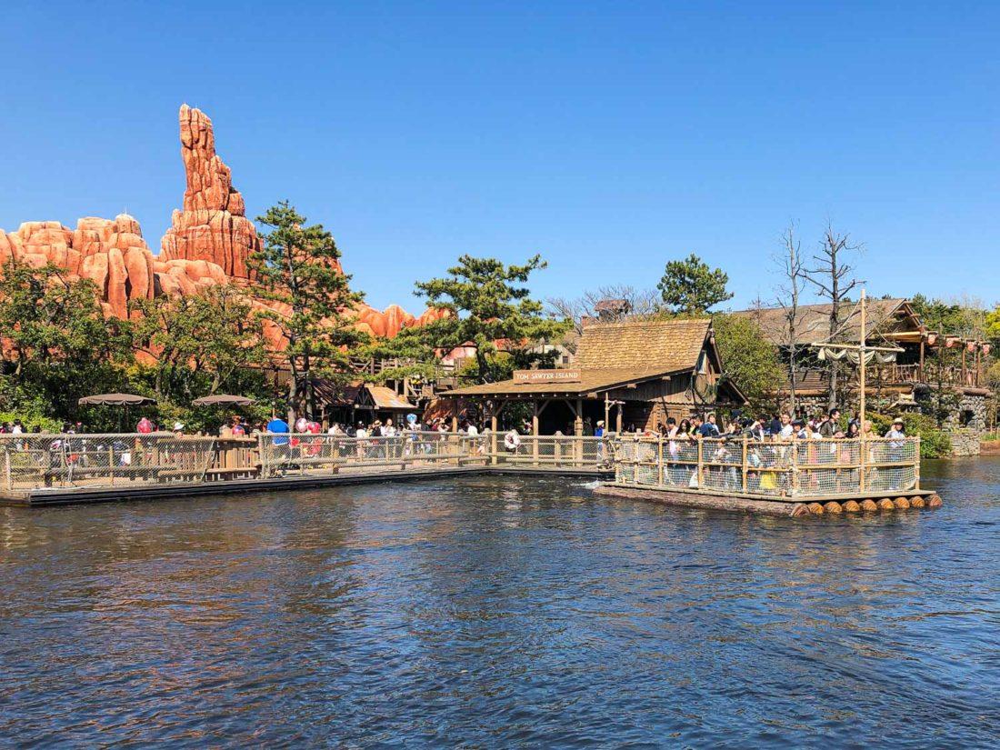 Le radeau pour l'île de Tom Sawyer à Tokyo Disneyland