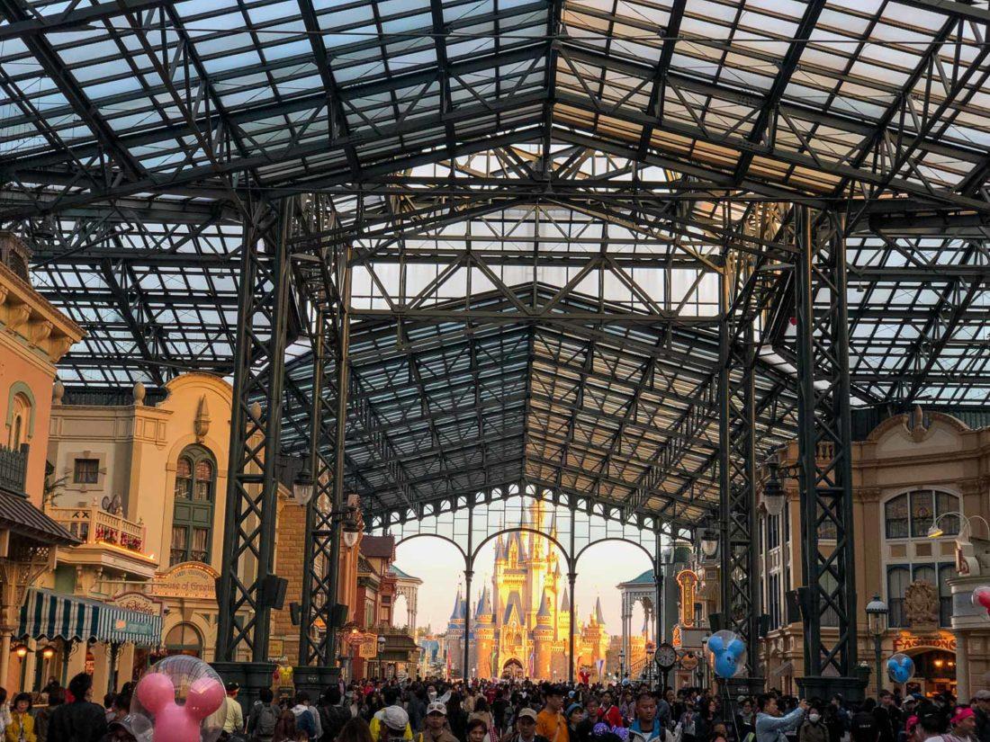 Foule sur la rue principale à Tokyo Disneyland