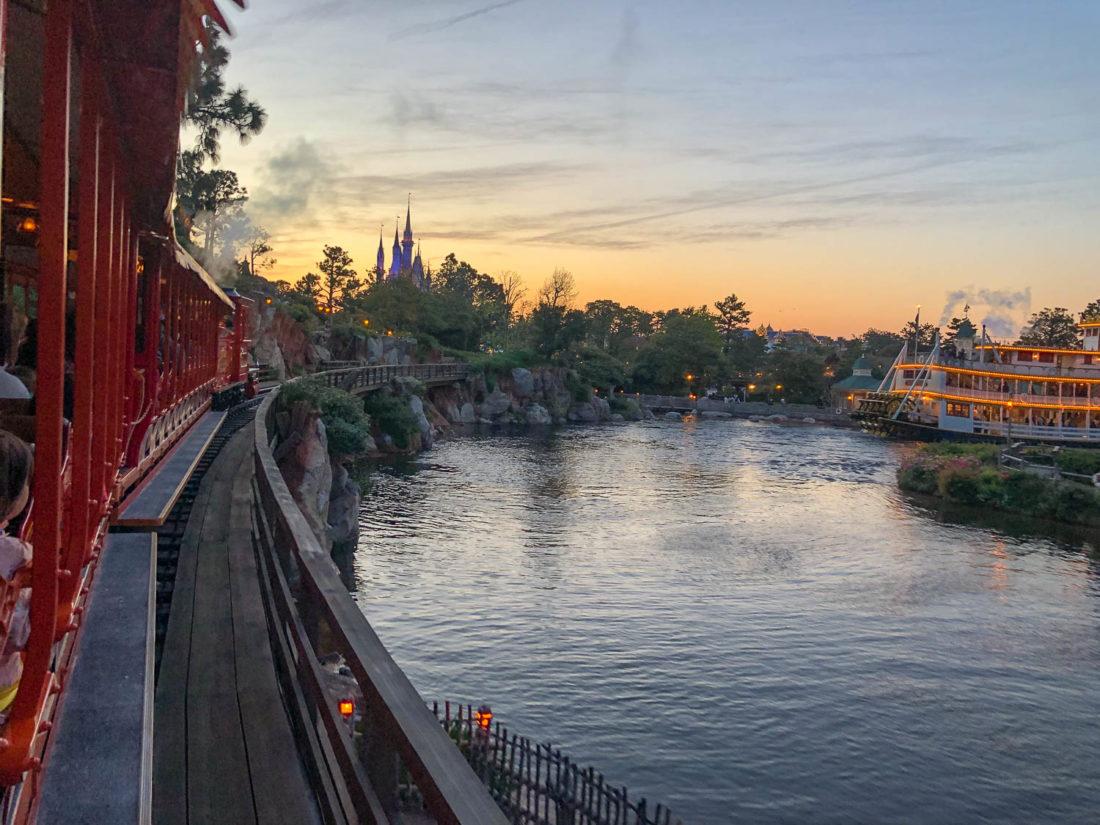 La vue de Western River Railroad à Tokyo Disneyland au coucher du soleil du Mark Twain Riverboat