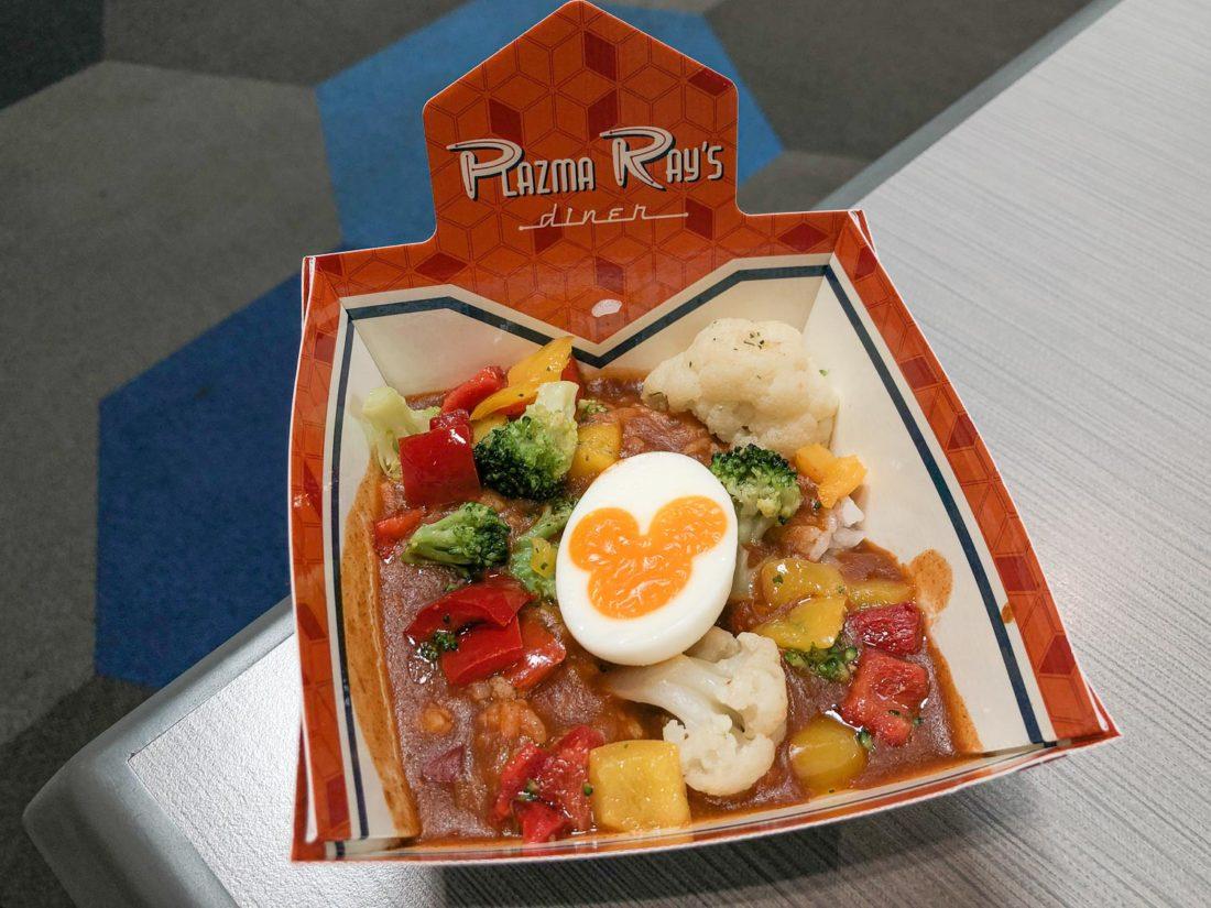 Bol de riz au curry végétarien (avec œuf à la coque de Mickey Mouse) chez Plazma Rays Diner à Tokyo Disneyland