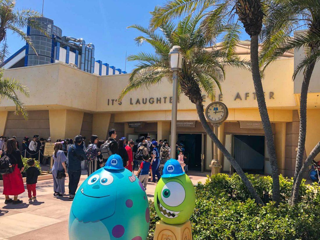 Oeufs de Pâques devant Monsters, Inc. Ride & Go Seek - une promenade à Tokyo Disneyland au Japon