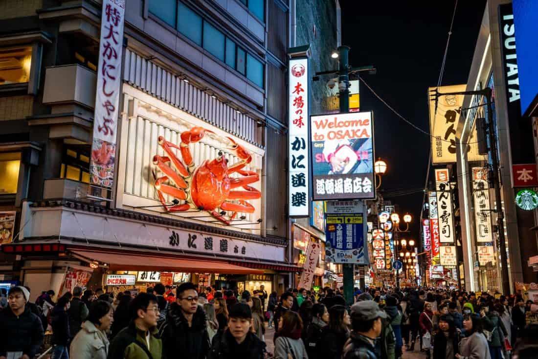 Rues animées et crabe géant de Dotonburi à Osaka la nuit, une excursion d'une journée populaire au départ de Kyoto