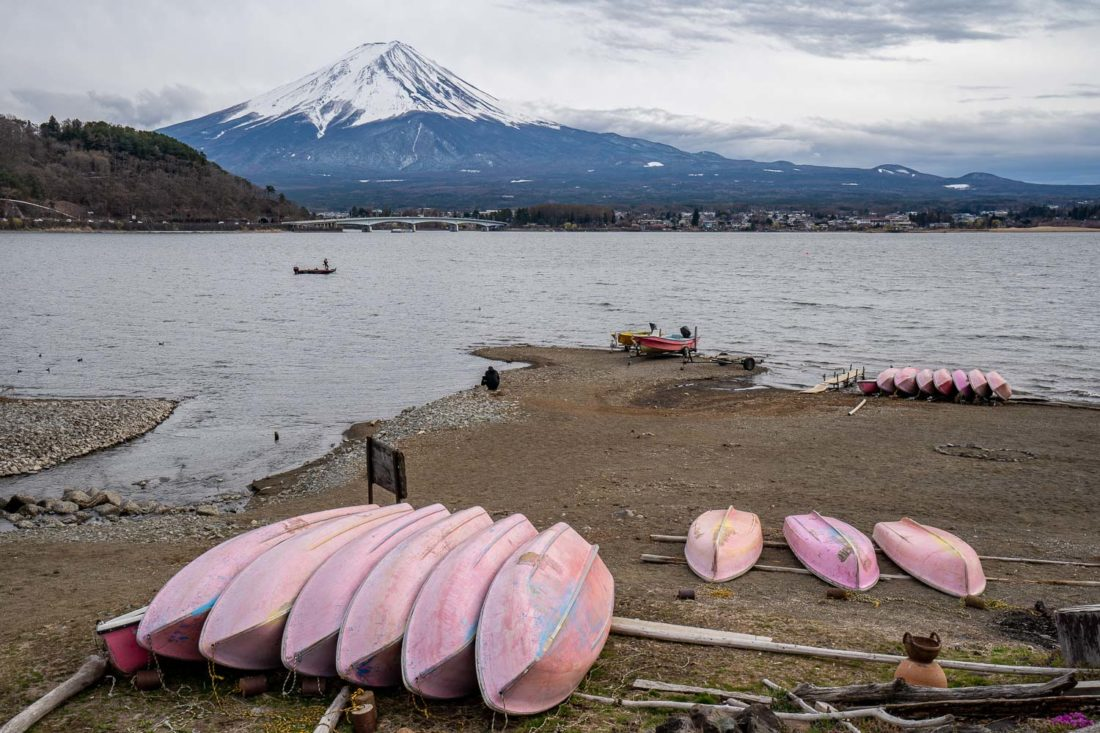 Le mont Fuji au lac Kawaguchiko sur une journée nuageuse sur la rive nord avec des bateaux au premier plan