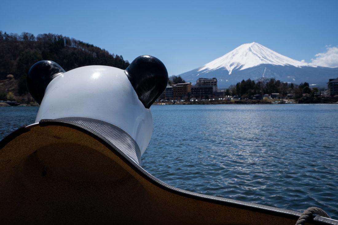 Mont Fuji à partir d'un bateau panda sur le lac Kawaguchiko, Japon