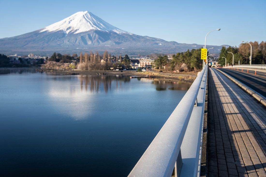 Mont Fuji depuis le pont sur le lac Kawaguchiko