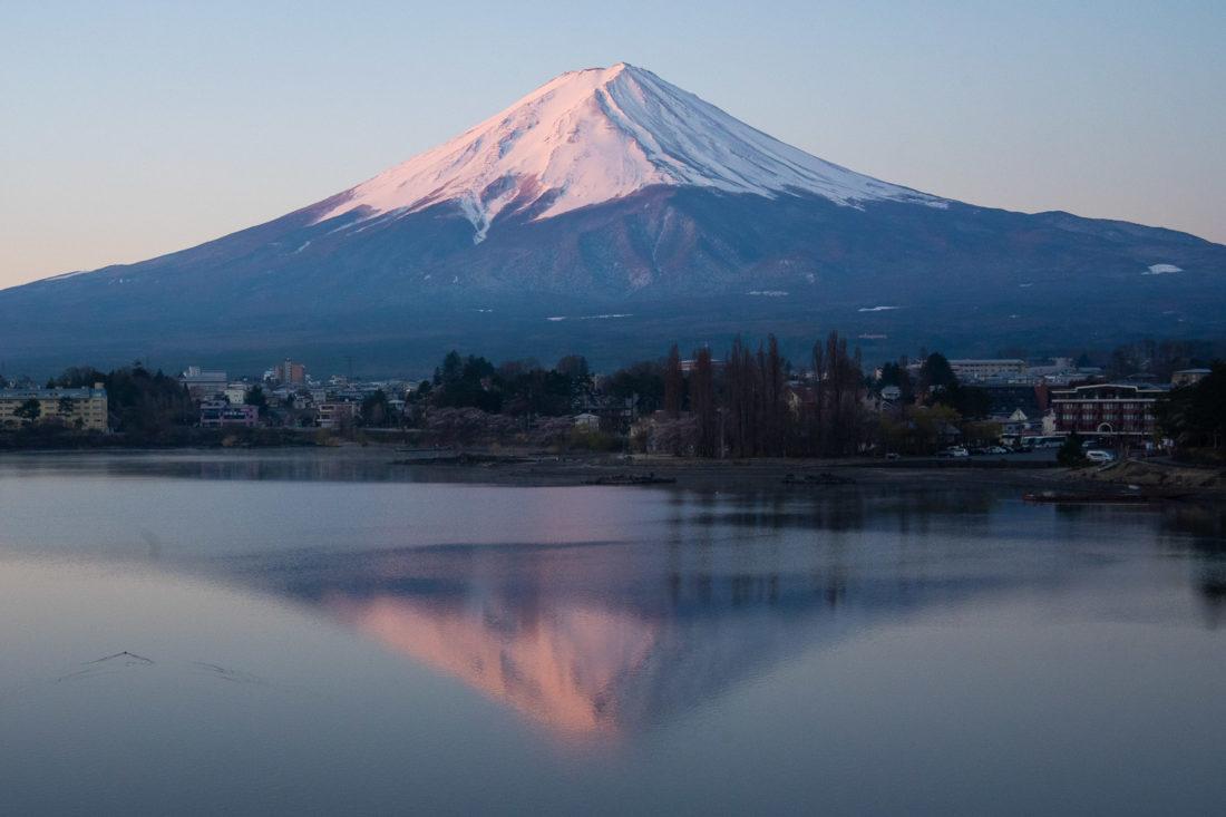 Mont Fuji au lac Kawaguchiko au lever du soleil depuis la rive nord