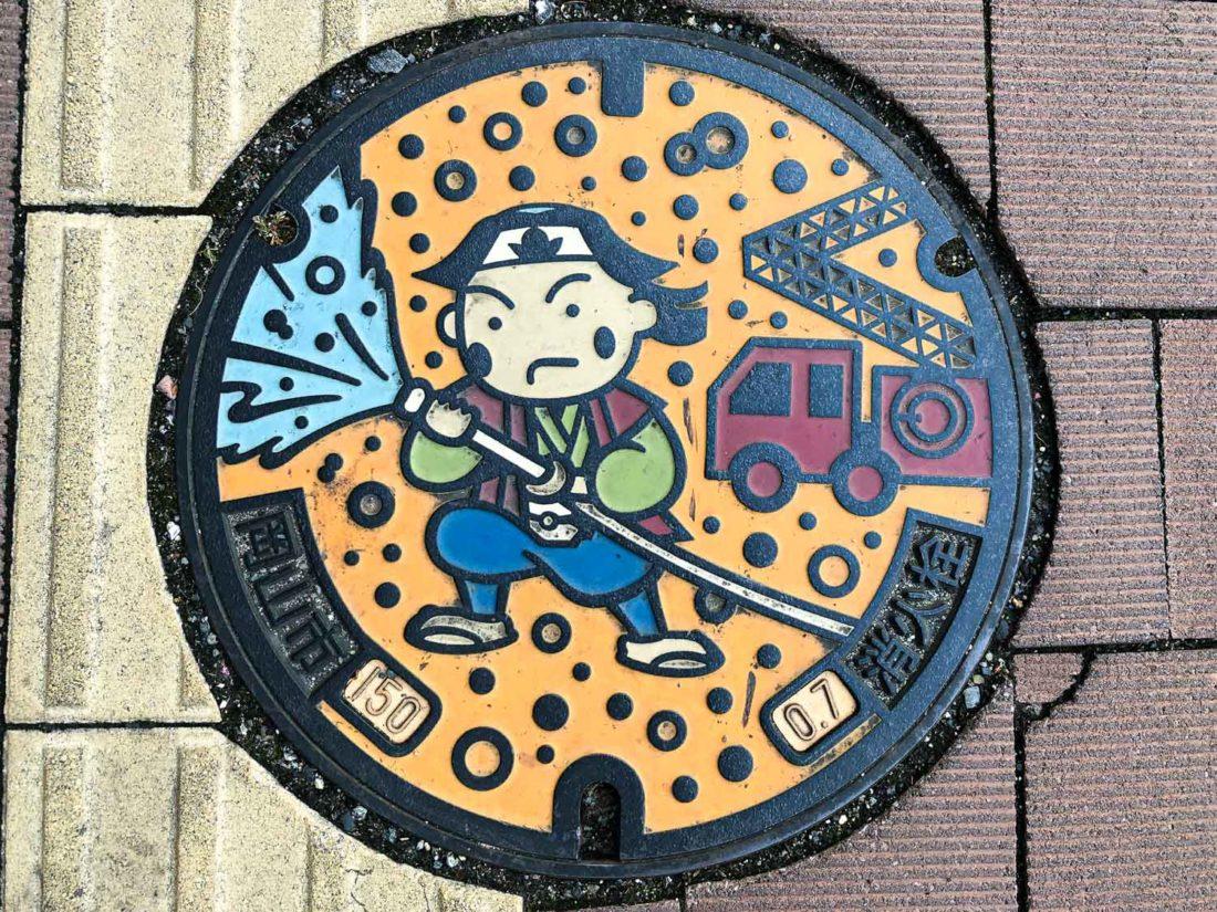 """Couvercle de regard Momotaro à Okayama """"width ="""" 1100 """"height ="""" 825"""