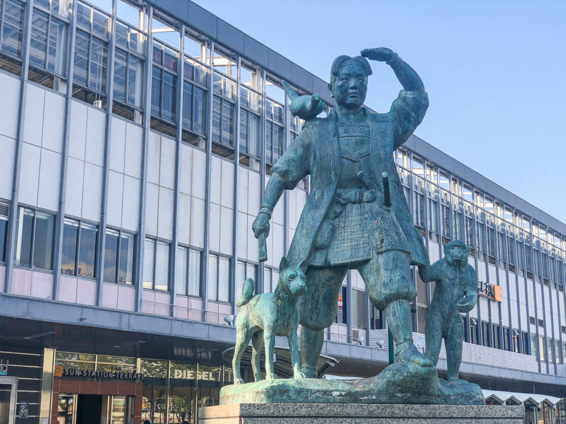 """Statue Momotaro à la gare d'Okayama """"width ="""" 1100 """"height ="""" 825"""
