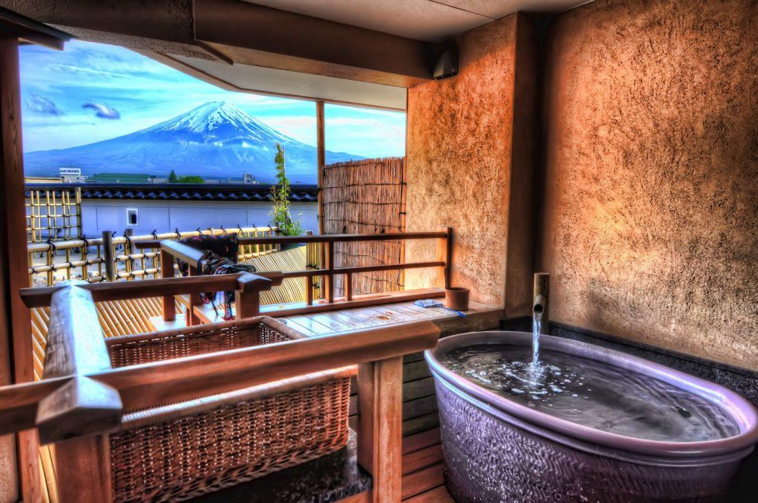 Vue sur le mont Fuji depuis l'hôtel Konanso, un ryokan à Kawaguchiko, l'un des meilleurs endroits où séjourner au Japon.