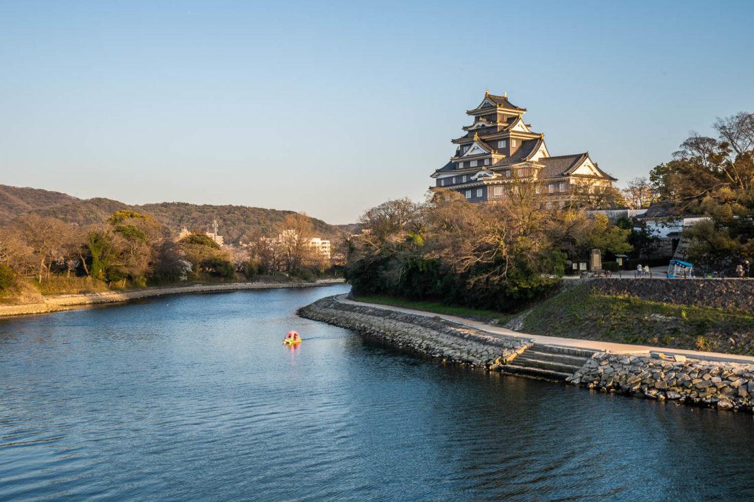 """Château Okayama de la rivière Asahi """"width ="""" 1100 """"height ="""" 733"""