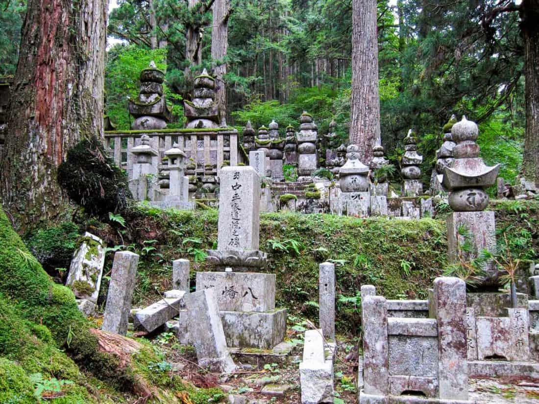 Cimetière d'Okunoin à Koya-san, une destination de choix au Japon