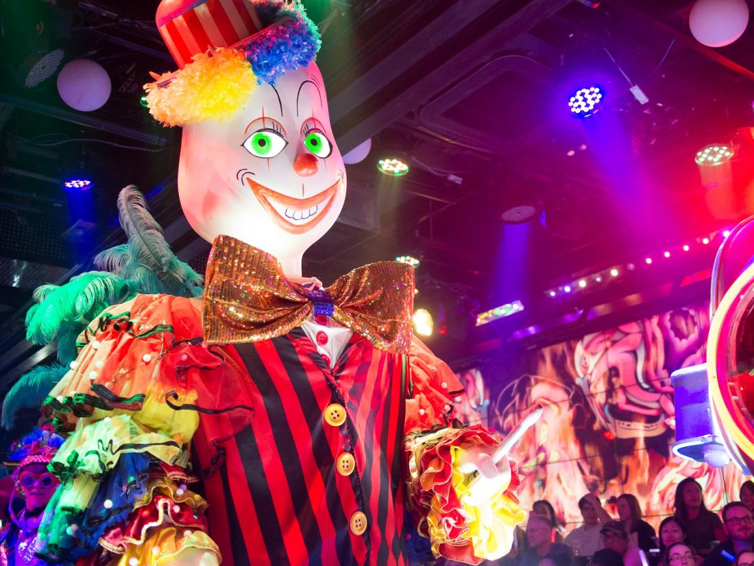 Clown effrayant au Robot Restaurant à Tokyo, Japon