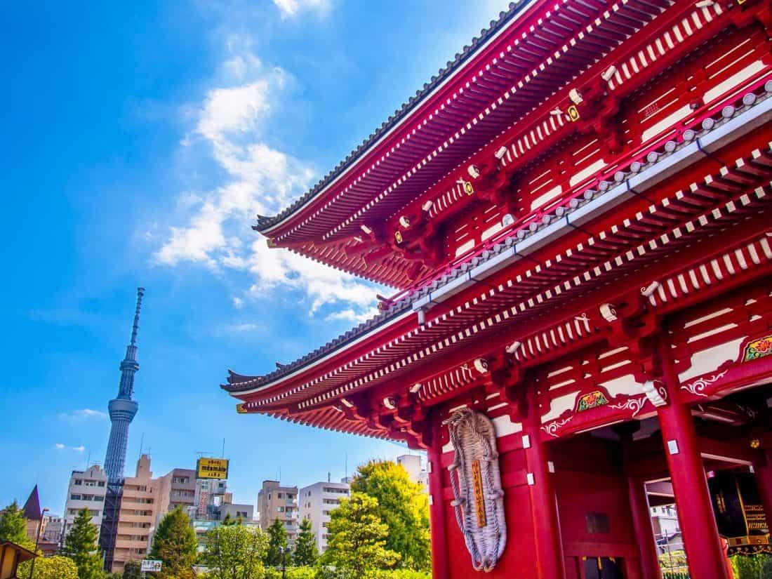 Temple Sensoji à Tokyo avec SkyTree en arrière-plan, une destination de choix au Japon