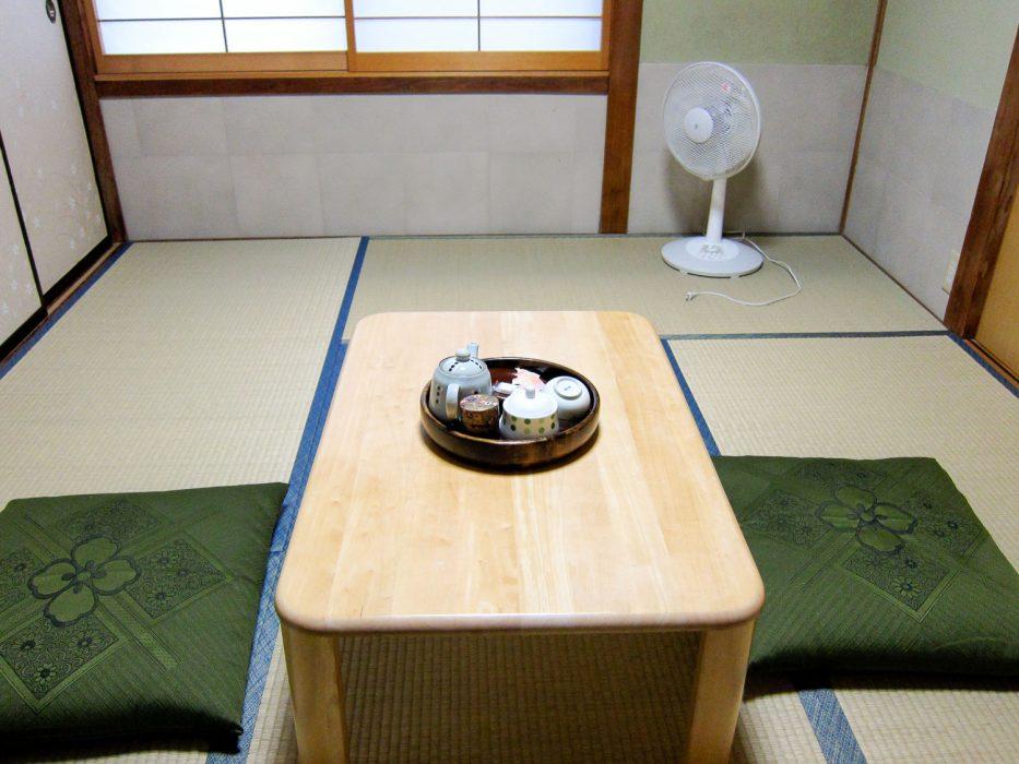 Chambre Tatami dans un minshuku, qui sont d'excellents endroits où séjourner au Japon si vous ne pouvez pas vous permettre un ryokan (auberge traditionnelle)