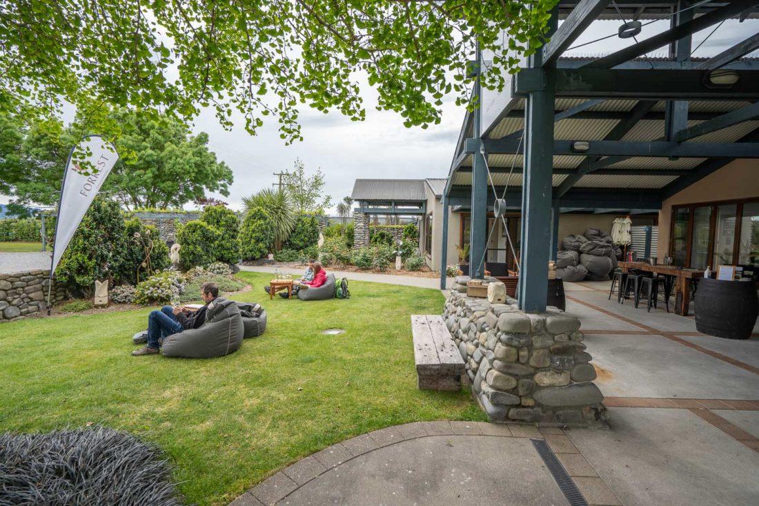 Fauteuils poire dans le jardin à Forrest cellar door à Marlborough, Nouvelle-Zélande