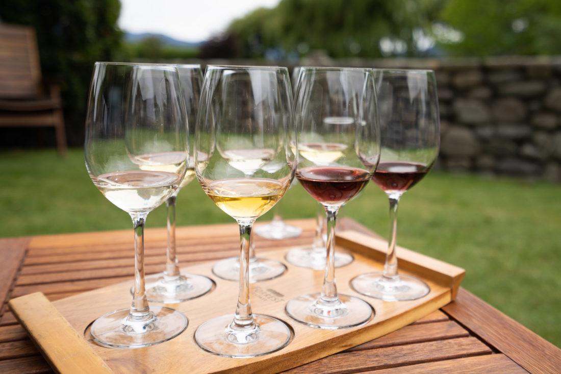 Sept verres dans la dégustation de vin à Forrest Winery sur la Marlborough Wine Trail