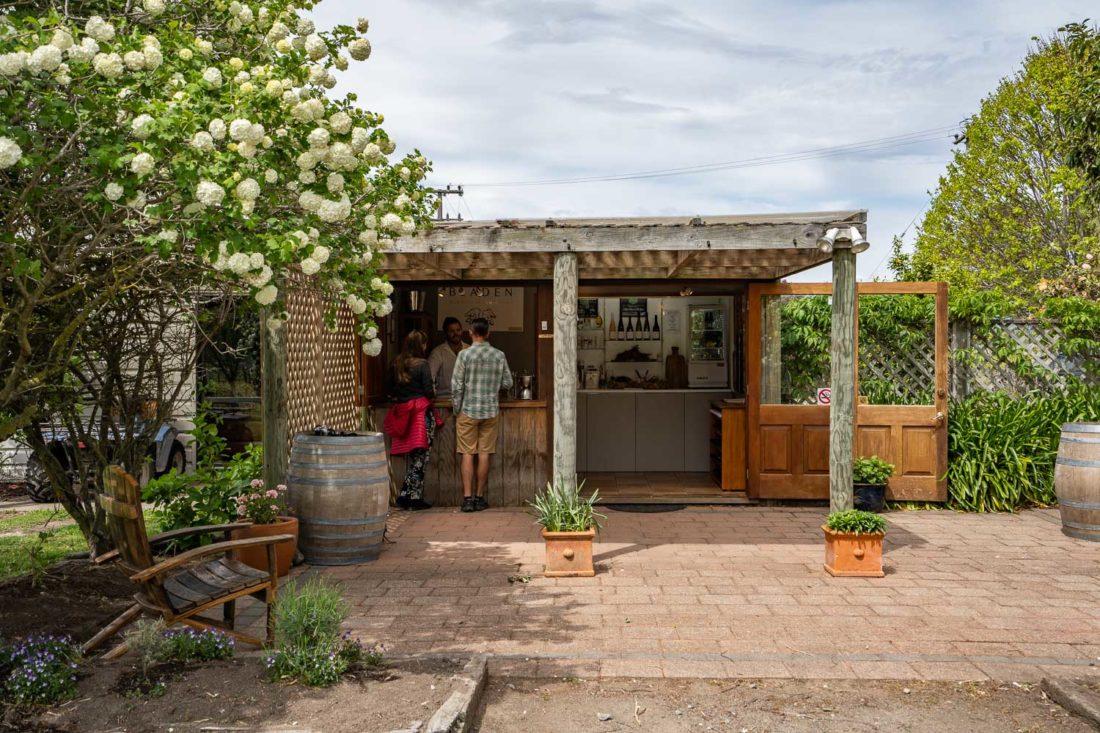 La salle de dégustation en plein air à Bladen Winery à Marlborough, Nouvelle-Zélande
