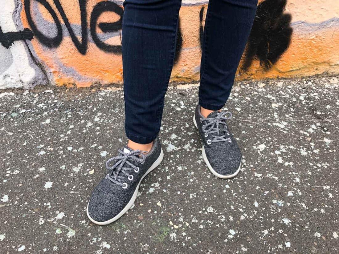 Chaussure Allbirds en laine grise portée sans chaussettes