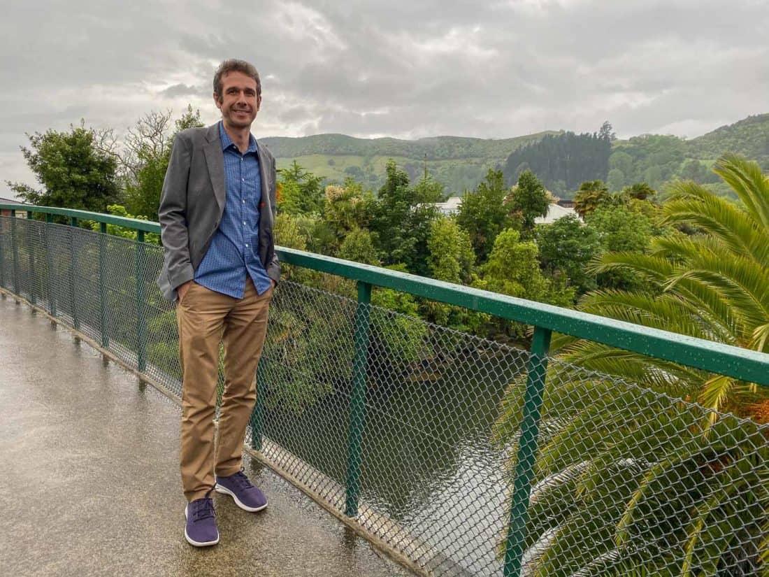 Le look chic et décontracté de Simon avec ses Allbirds Tree Runners associés à un blazer, une chemise et un pantalon Bluffworks.