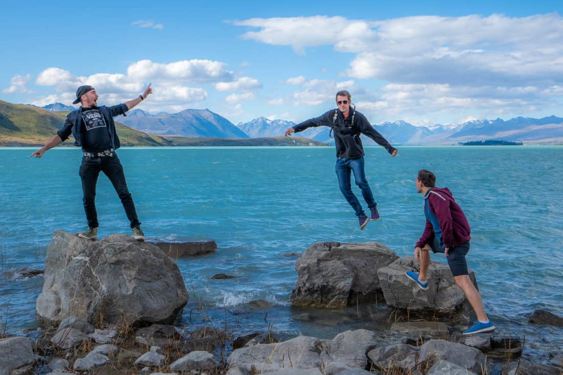 Saut portant des Allbirds Tree Runners au lac Tekapo, Nouvelle-Zélande)