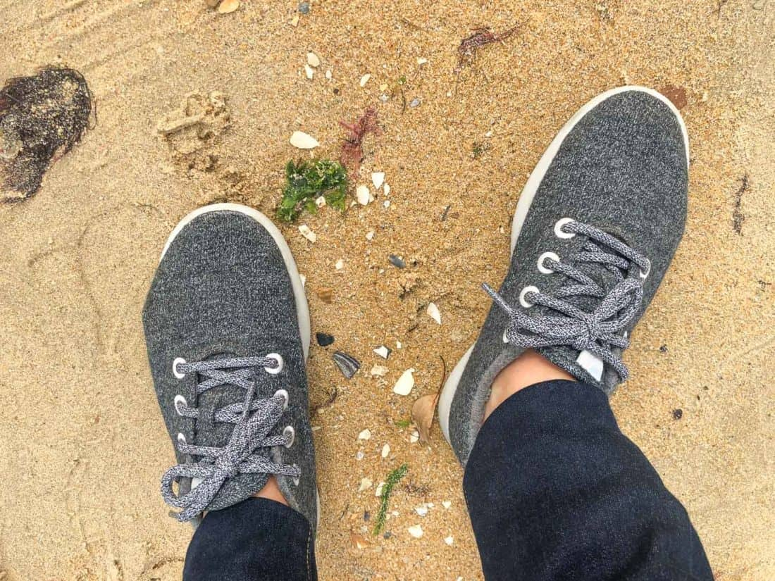 Allbirds Wool Runners en gris naturel porté sur la plage