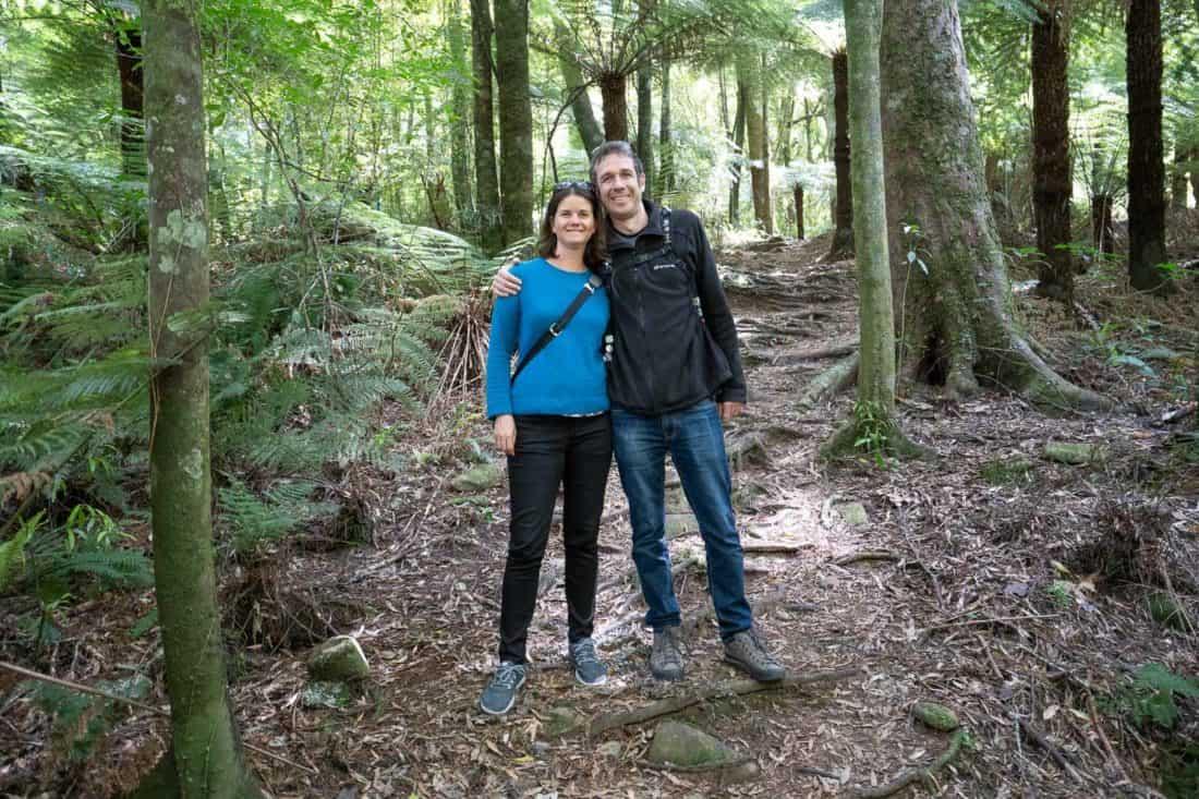 Porter mes Allbirds Wool Runners lors d'une randonnée facile à travers la forêt à Pelorus Bridge, Nouvelle-Zélande